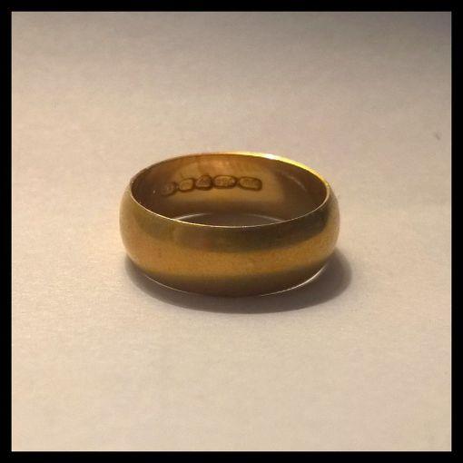 Kultasormuksen kaiverruksesta käy ilmi, että pariskunta juhlii tänä vuonna kultahäitään, mikäli ovat vielä aviossa.