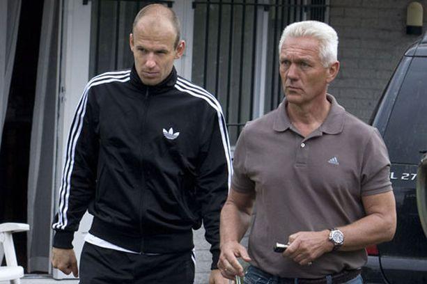 Arjen Robben (vas.) yrittää päästä pelaamaan vielä MM-kisoissa.