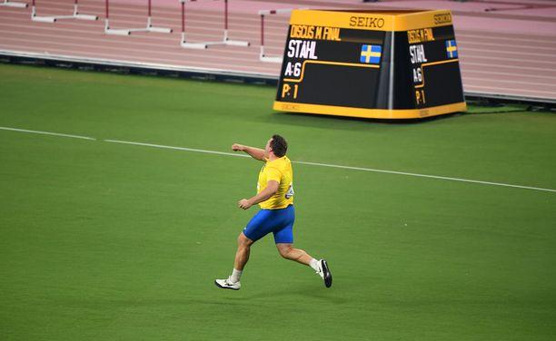 Ståhl pinkoi voittajana ympäri stadionia.