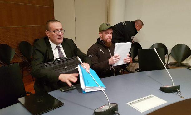 Timi Oikarinen saapui tiistaina hovioikeuteen asianajajansa Hannu Kaitaluoman kanssa.