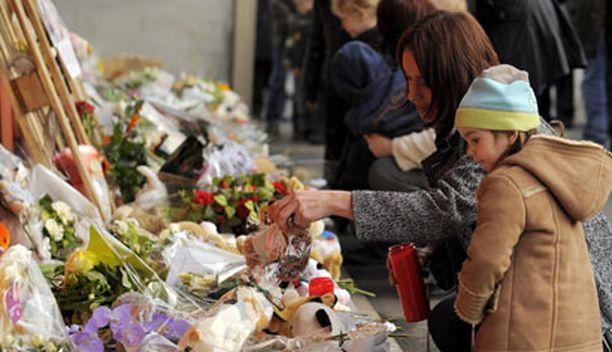 Ihmiset ovat tuoneet kukkia päiväkodin edustalle järkyttävässä tragediassa kuolleiden muistolle.