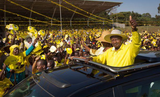 Ugandan pitkäaikainen presidentti Yoweri Museveni vilkuttaa kannattajilleen 16. helmikuuta Kampalassa.