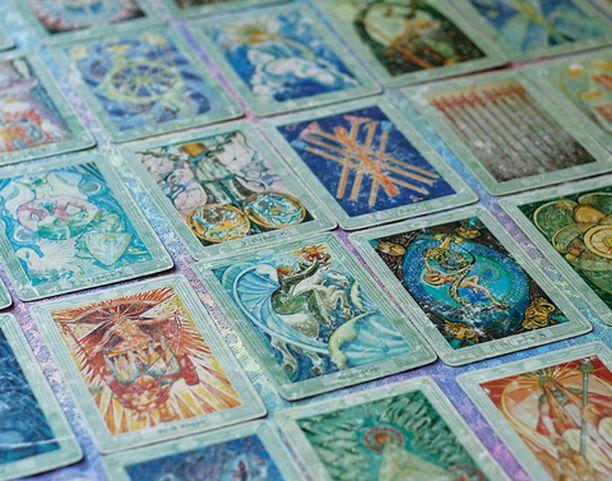 Tarotpakassa on 78 korttia, jotka symboloivat erilaisia elämäntilanteita.
