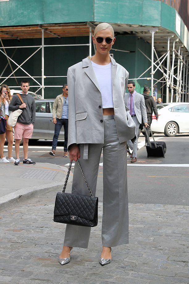 Klassikko-Chanel pääsee oikeuksiinsa vaaleanharmaan puvun kanssa.