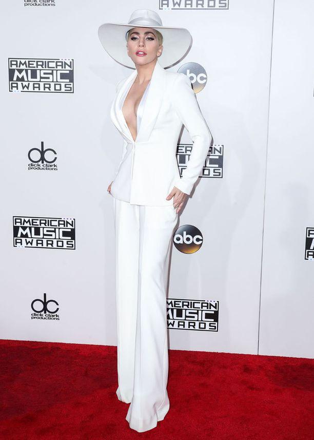 AMA-gaalassa Gaga nähtiin klassisessa valkoisessa housupuvussa.