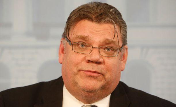 Samat merentakaiset kuiskaajat olivat kirjoitusporukassa, kun Soini osti ilmoituksen Helsingin Sanomien kannesta.