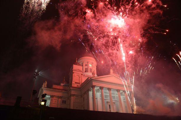 Uusi vuosi otetaan perinteisesti vastaan Helsingin Senaatintorilla järjestettävissä juhlissa.