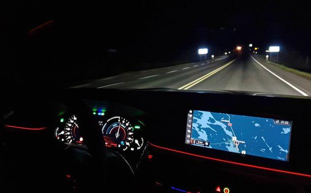 Ajovalojen kuvio säätyy pitkillä ajettaessa niin, ettei vastaantulija häikäisty.