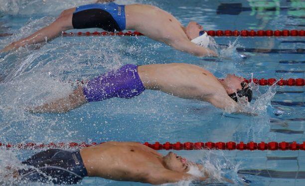 Etualalla oleva Antti Latikka ja keskellä uiva Ihar Boki ylsivät Dublinin EM-uinneissa mitaleille.