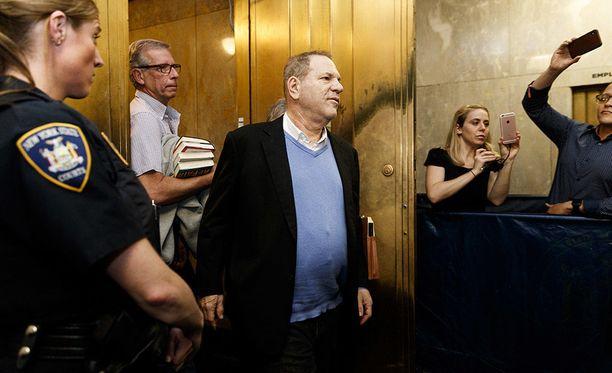 Hollywoodin vaikutusvaltaisimpana miehenä pidettyä Harvey Weinsteinia vastaan nostettiin syytteety muun muassa raiskauksesta New Yorkissa keskiviikkona.
