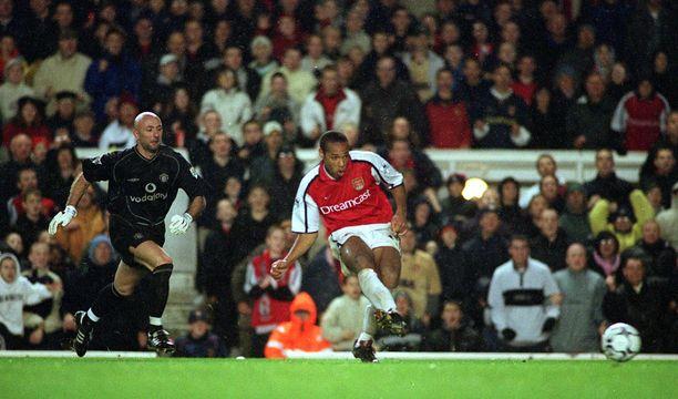 Marraskuussa 2001 Arsenalin Therry Henry (oik.) oli voimiensa tunnossa. Mutta missä seikkailee Manchester Unitedin Fabien Barthez?