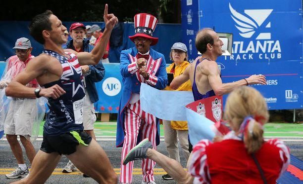 Tätä tilannetta Ben Payne ei varmasti halua muistella. Yhdysvaltalainen osoittaa sormella olevansa ykkönen, vaikka brittiläinen kilpakumppani on juuri painellut ohi Yhdysvaltojen itsenäisyyspäivänä järjestetyssä kilpailussa.