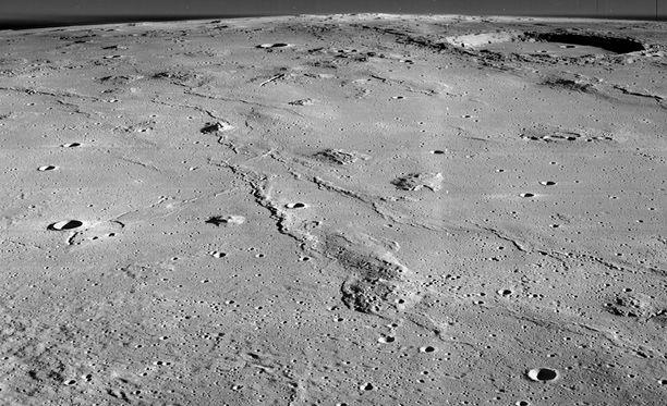Marius-kukkulat ovat muodostuneet vulkaanisen aktiivisuuden seurauksena noin 3,5 miljardia vuotta sitten.