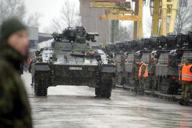 Saksan armeijan kalustoa saapui helmikuun lopulla Liettuan Sestokaihin osana Naton komennusta.