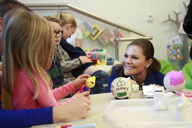 Victoria jutusteli sairaalavierailulla pikkupotilaiden kanssa.