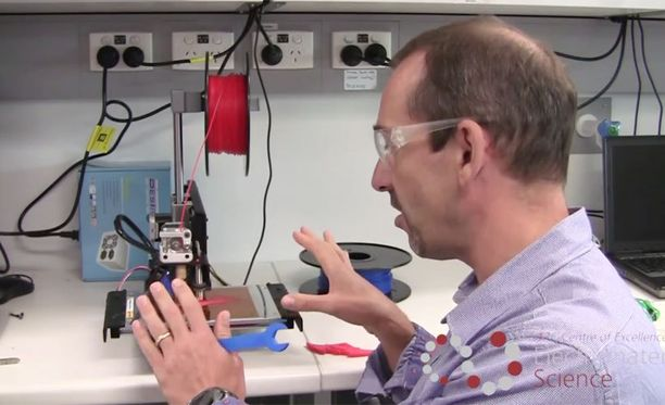 Professori Marc in het Panhuis esittelee 4D-tulostuksen periaatteita.
