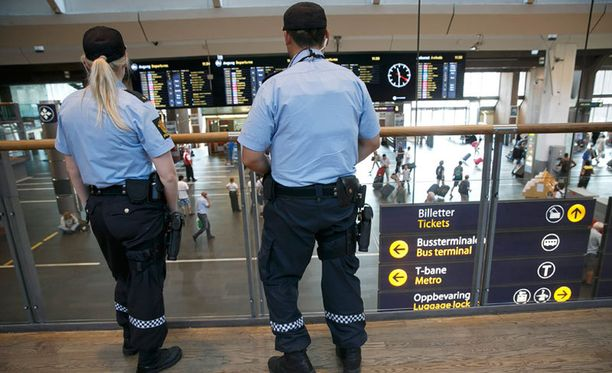 Poliisit vartioivat Oslon päärautatieasemaa heinäkuussa.