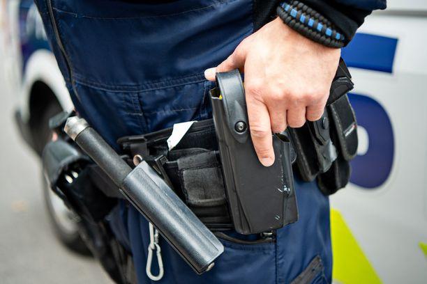 Poliisi sai ampumavamman käteensä voimankäyttöharjoituksissa.
