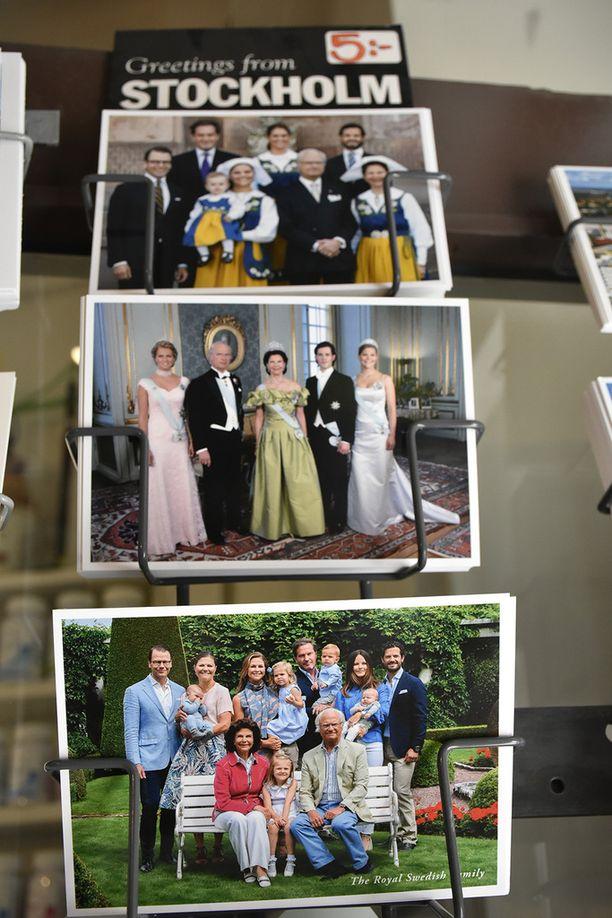 Turistimyymälöiden postikorttitelineistä löytyy valinnanvaraa kuninkaallisista otoksista.