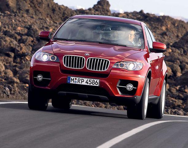 LINJAKAS. BMW:n uuden nelipaikkaiselle coupemaasturille tyypillisiä linjoja ovat matalat sivuikkunat ja takaosaa kohti laskeutuva kattolinja.