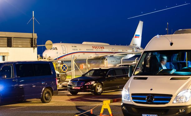Presidentti Putinin lentokone nousi ilmaan Savonlinnassa puoli yhden aikaan yöllä perjantaina. Taivaalla näkyvä valoviiva on presidentti Niinistöä kuljettaneesta lentokoneesta.