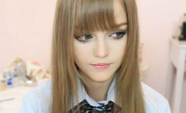 Kotakotilla on Youtubessa lähes 60 000 seuraajaa, ja hänen videoitaan on katsottu yli 15 miljoonaa kertaa. Oikealta nimeltään tyttö on Dakota Rose, ja hän on tiettävästi 16-18-vuotias.
