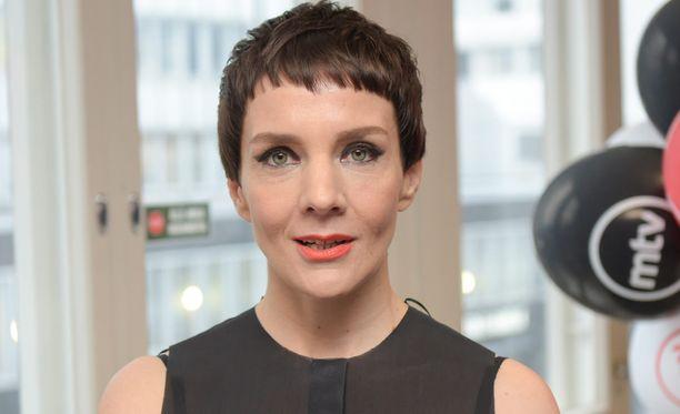 Maria Veitola tunnetaan myös radio- ja televisiotoimittajana.