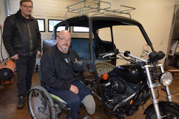 Timo Nummela (oik.) ja Kalevi Heikinniemi olivat yhtä mieltä siitä, että tuulilasi ei sovi moottoripyörään.