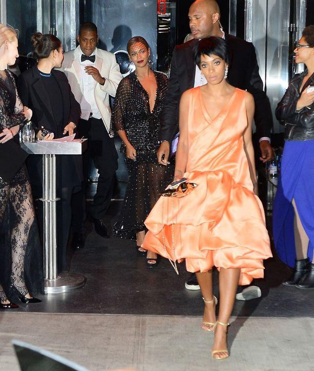Solange Knowles (edessä) ja Beyoncé gaalassa.