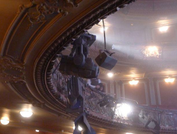 BBC:n mukaan teatterin katosta kuului hetkeä ennen romahdusta isoja rasahduksia.