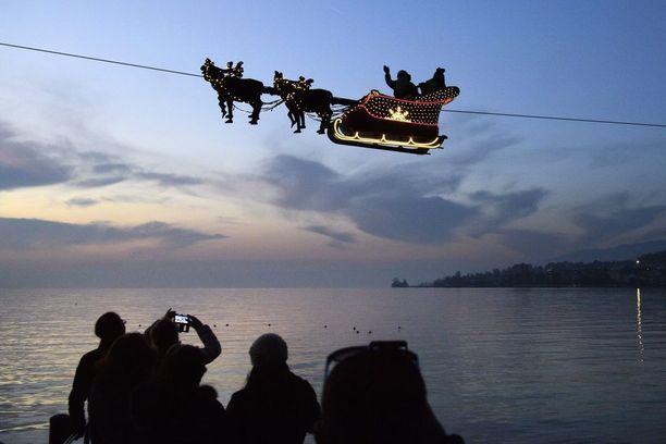 Itävallan ja Sveitsin rajalla pukki pääsi ylittämään järveä lentävällä reellä.