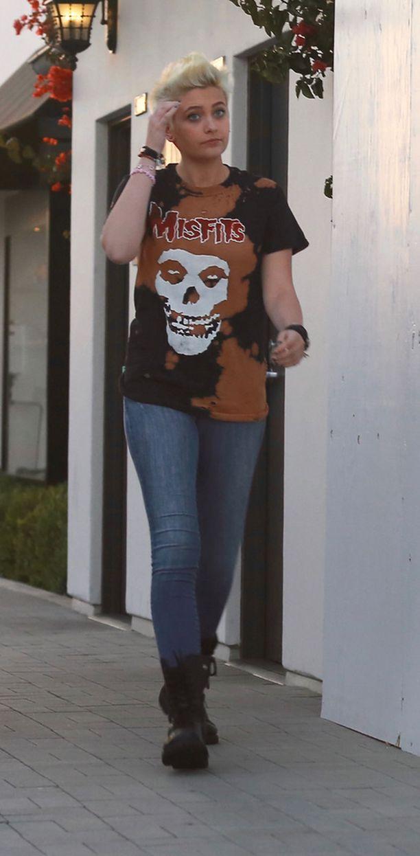 18-vuotias Paris Jackson on pätkäissyt pitkät hiuksensa ja viihtyy nykyään blondina.