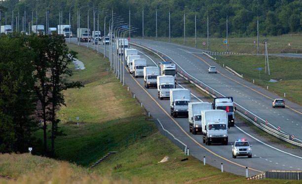 Moskovasta liikkeelle lähtenyt avustuskujetus kuvattiin Voronezhin alueella Venäjällä. Saattueen on määrä saapua Ukrainan rajalle keskiviikkona.