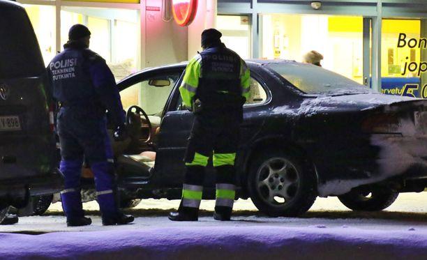 Rikostutkijat tutkivat luodin rikkomia ikkunoita Kerimäellä.
