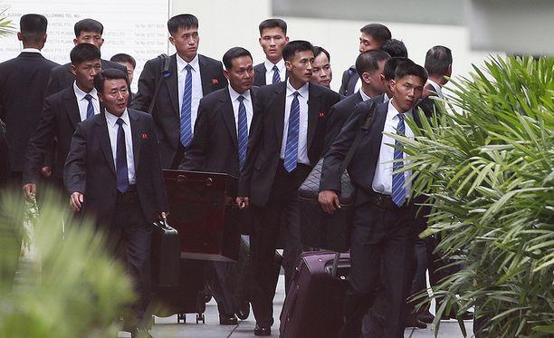 Pohjois-Korean turvamiehiä saapumassa St. Regis-hotelliin, jossa Kimin oletetaan majoittuvan.