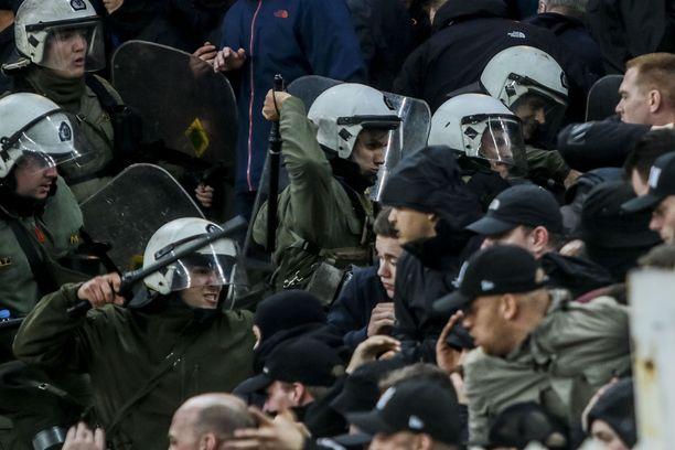 Mellakkapoliisi otti verisesti yhteen amsterdamilaisten vieraskannattajien kanssa Ateenassa.