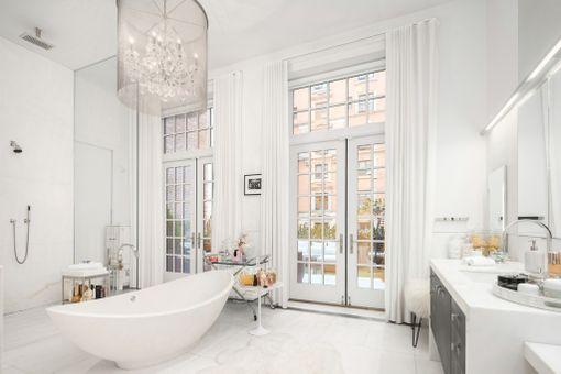 Harvassa kylpyhuoneessa on näin komeat ikkunat ja käynti terassille. Ovaalinmuotoiset kylpyammeet ovat trendikkäitä myös Suomessa.