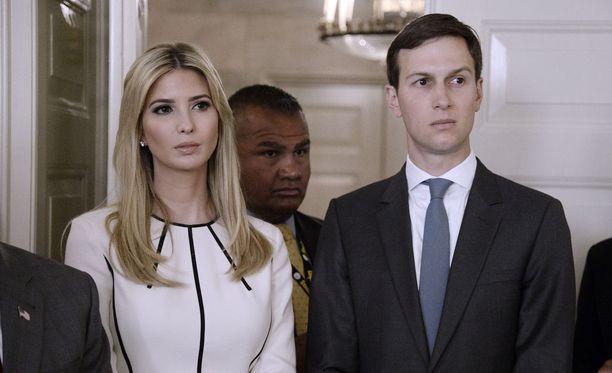 Presidentti Trumpin tytär Ivanka Trump ja tämän aviomies Jared Kushner kuuluvat myös Anthony Scaramuccin tukijoihin. Avioparilla on molemmilla virallinen asema Valkoisessa talossa.