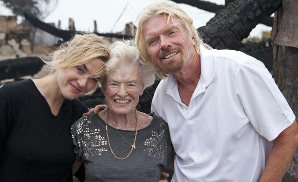 Hymyilevä kolmikko: Kate Winslet pelasti liikemies Sir Richard Bransonin 90-vuotiaan Eve-äidin hengen.