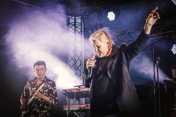 Johnny Logan esiintyi 24. heinäkuuta Possujuhlissa.