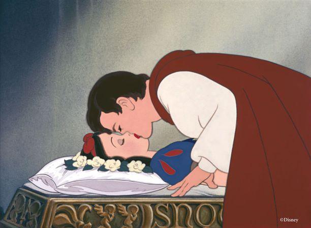 Faniteorian mukaan prinssi antaa Lumikille kuoleman suudelman.