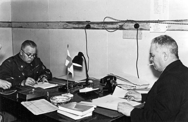 Talvisodan aikainen puolustusministeri Juho Niukkanen (vasemmalla) ja hallintoneuvos Heikki Aarnio työkorsussaan.