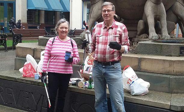Kaija ja Ilkka Erkkilä ovat toteuttaneet roskankeräysprojektiaan ulkomailla. Kuvassa he ovat Englannin Leedsissä viime huhtikuussa.