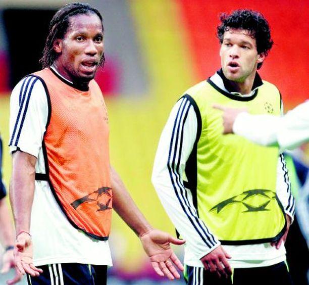 KOKEMUSTA Chelsean Didier Drogba ja Michael Ballack eivät hyydy kovimmassakaan paikassa.