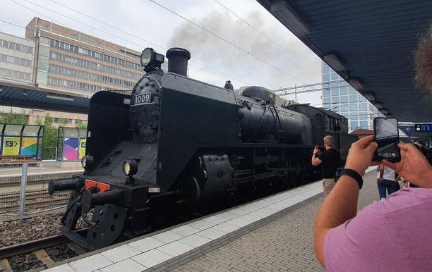 Vanhanaikainen höyryveturi oli sunnuntaina liikkeellä Helsingissä. Kuva on Pasilan asemalta pari tuntia potentiaalisen vaaratilanteen jälkeen.
