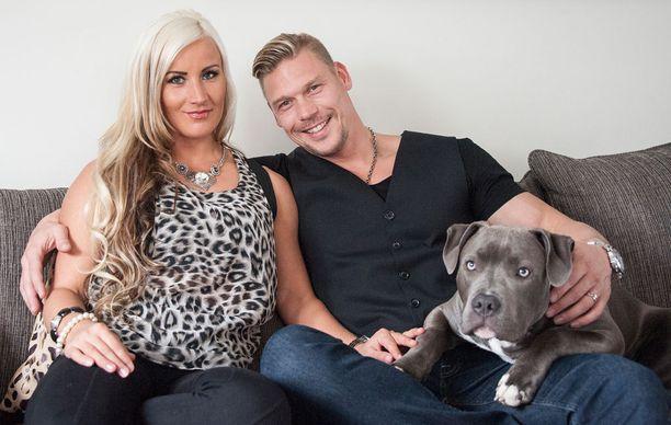 Rita ja Aki seuraavat Temptation Island Suomea joka viikko kotisohvalla koiransa Herra Putinin kanssa.