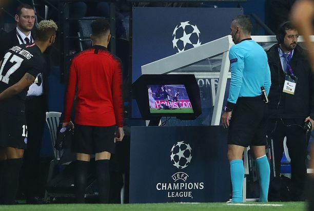 Damir Skomina katsoo videolta tilannetta, josta Manchester Unitedille tuomittiin rangaistuspotku ottelun lisäajalla.