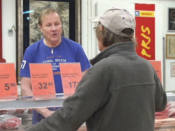 Kauppias Härkönen on joka päivä lihastiskillä myymässä.