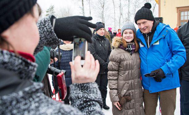 Presidentti Sauli Niinistö tapasi Kontiolahdella Romppalassa paikallisia ihmisiä lauantaina. 13-vuotias Anita Niiranen poseerasi yhteiskuvassa presidentin kanssa.