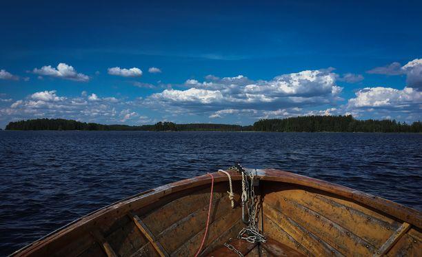 Kahdeksan ihmisen seurue ajelehti yhdessä veneessä ja pääsi lopulta saareen. Kuvituskuva Saimaalta.